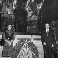 12.- El alcalde Manuel del Valle deposita junto a Marta Dutres, cónsul de Panamá en Sevilla, una corona de flores ante el monumento a Colón con motivo del Día de la Hispanidad. 12 de octubre de 1983 ©ICAS-SAHP, Fototeca Municipal de Sevilla, fondo Alcaldía de Sevilla