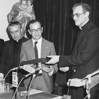 14.- El alcalde Manuel del Valle con el cardenal arzobispo Carlos Amigo Vallejo en un acto del Consejo General de Hermandades y Cofradías. 1983. ©ICAS-SAHP, Fototeca Municipal de Sevilla, fondo Alcaldía de Sevilla