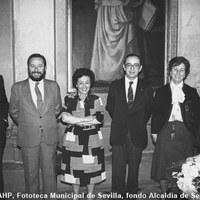 18.- El alcalde Manuel del Valle asiste a la despedida por la jubilación de dos secretarias. 3 de abril de 1985 ©ICAS-SAHP, Fototeca Municipal de Sevilla, fondo Alcaldía de Sevilla