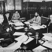 21.- El alcalde Manuel del Valle en la reunión para la constitución de la Comisión Municipal para la EXPO'92. Frente a él Manuel Olivencia. 21 de mayo de 1985 ©ICAS-SAHP, Fototeca Municipal de Sevilla, fondo Alcaldía de Sevilla