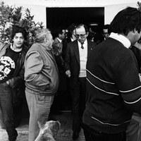 25.- El alcalde Manuel del Valle en la inauguración de la sede social de la Asociación de Vecinos Penibética en el Polígono Sur. 10 de enero de 1987 ©ICAS-SAHP, Fototeca Municipal de Sevilla, fondo Alcaldía de Sevilla