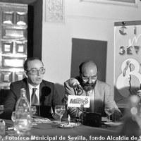 26.- El alcalde Manuel del Valle en la rueda de prensa celebrada en el Real Alcázar para la presentación del programa cultural Cita en Sevilla para la primavera de 1987. A su izquierda el delegado de Cultura Bernardo Bueno. ©ICAS-SAHP, Fototeca Municipal de Sevilla, fondo Alcaldía de Sevilla