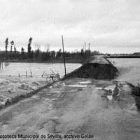 2. Momento de la rotura del muro de defensa del arroyo Tamarguillo tras el temporal de varios días de lluvias torrenciales. 25 de noviembre de 1961 ©ICAS-SAHP, Fototeca Municipal de Sevilla, archivo Gelán