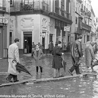 4. Calle Amor de Dios. La Alameda de Hércules y las calles adyacentes eran la zona de Sevilla que tradicionalmente se inundaba en cuanto empezaba a llover. 26 de noviembre de 1961 ©ICAS-SAHP, Fototeca Municipal de Sevilla, archivo Gelán