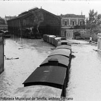 5. Estación de Cádiz, en el barrio de San Bernardo. Las aguas alcanzaron los dos metros de altura. 26 de noviembre de 1961 ©ICAS-SAHP, Fototeca Municipal de Sevilla, archivo Serrano