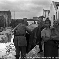 8. Efectivos de la Guardia Civil ayudando a salvar mobiliario y enseres de las familias afectadas. 25 de noviembre de 1961 ©ICAS-SAHP, Fototeca Municipal de Sevilla, archivo Gelán