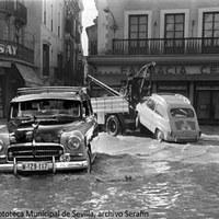 11. Plaza de la Campana y calle San Eloy. En el centro de la ciudad la inundación fue ocasionada  por las aguas que rebosaron por los husillos. Noviembre de 1961 ©ICAS-SAHP, Fototeca Municipal de Sevilla, archivo Serafín
