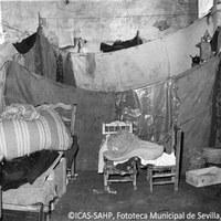 12. Las familias afectadas fueron conducidas a los cinco refugios que se habilitaron durante los primeros días de la inundación, como este de la Delegación Provincial de Ciegos de la carretera de Alcalá de Guadaíra. Noviembre de 1961 ©ICAS-SAHP, Fototeca Municipal de Sevilla, archivo Serrano