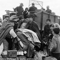 13. Evacuación de vecinos y enseres en camiones militares. 25 de noviembre de 1961 ©ICAS-SAHP, Fototeca Municipal de Sevilla, archivo Serrano