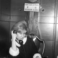 19. La duquesa de Alba, presidenta de honor, participa en el programa atendiendo las llamadas telefónicas. Madrid. Diciembre de 1961 ©ICAS-SAHP, Fototeca Municipal de Sevilla, archivo Serrano