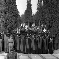 26. Entierro de las víctimas en el cementerio de San Fernando. 20 de diciembre de 1961 ©ICAS-SAHP, Fototeca Municipal de Sevilla, archivo Serafín