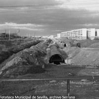 29. Las obras del nuevo cauce del arroyo Tamarguillo fueron retomadas con urgencia tras el desastre. 1963 ©ICAS-SAHP, Fototeca Municipal de Sevilla, archivo Serrano