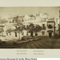 Plaza de Doña Elvira en el Barrio de Santa Cruz. Al fondo, la calle Gloria. 1929 ©ICAS-SAHP, Fototeca Municipal de Sevilla. Álbum Dücker