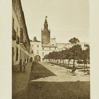 Patio de Banderas en el Real Alcázar. Conjunto de casas adosadas a la muralla. 1929 ©ICAS-SAHP, Fototeca Municipal de Sevilla. Álbum Dücker