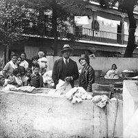 Visita a Sevilla de los actores norteamericanos Douglas Fairbanks y Mary Pikcford en 1924. Durante su visita al Corral del Conde de la calle Santiago, donaron 200 pesetas a los vecinos  ©ICAS-SAHP, Fototeca Municipal de Sevilla, fondo Serrano