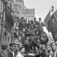 Proclamación de la Segunda República Española el 14 de abril de 1931. Manifestación jubilosa en la avenida de la Constitución ©ICAS-SAHP, Fototeca Municipal de Sevilla, fondo Sánchez del Pando