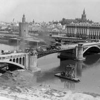 Pruebas de carga del puente de San Telmo que sería inaugurado el 18 de agosto de 1931. ©ICAS-SAHP, Fototeca Municipal de Sevilla, fondo Serrano