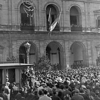 Izada de la bandera andaluza en el Ayuntamiento de Sevilla. 23 de noviembre de 1932. ©ICAS-SAHP, Fototeca Municipal de Sevilla, fondo Serrano