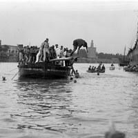 """Velá de Santa Ana. Celebración de la popular """"cucaña"""" en la orilla de Triana. 1934 ©ICAS-SAHP, Fototeca Municipal de Sevilla, fondo Sánchez del Pando"""
