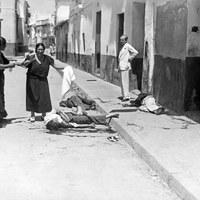 Víctimas del asedio al barrio de Triana en julio de 1936 tras el estallido del Golpe de Estado en la calle Rodrigo de Triana ©ICAS-SAHP, Fototeca Municipal de Sevilla, fondo Serrano