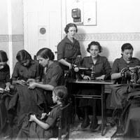 Grupo de la Sección Femenina de Falange Española Tradicionalista de las J.O.N.S. confeccionado prendas de abrigo para los combatientes del frente. Agosto de 1937 ©ICAS-SAHP, Fototeca Municipal de Sevilla, fondo Sánchez del Pando