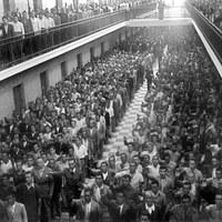 Presos de la cárcel provincial conocida como Ranilla asisten a la misa celebrada en las dependencias penitenciarias con motivo del día de la patrona de los reclusos, la virgen de la Merced. 24 de septiembre de 1942 ©ICAS-SAHP, Fototeca Municipal de Sevilla, fondo Serrano