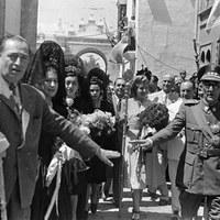 Visita a Sevilla la esposa de presidente de la República Argentina, Eva Duarte de Perón. El 17 de junio de 1947 visitaría a la virgen de la Macarena en su parroquia de San Gil. ©ICAS-SAHP, Fototeca Municipal de Sevilla, fondo Serrano