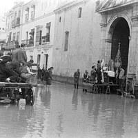 Misa en la iglesia de la O de la calle Castilla durante la riada que asoló Triana en febrero de 1947. ©ICAS-SAHP, Fototeca Municipal de Sevilla, fondo Serrano