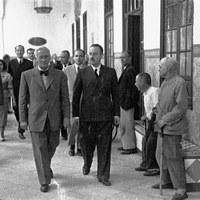 Visita de Alexander Fleming a la ciudad en 1948. En la imagen a su llegada al Hospital de la Caridad. ©ICAS-SAHP, Fototeca Municipal de Sevilla, fondo Gelán