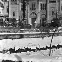 Nevada histórica en Sevilla. Aspecto que presentaba la plaza de América en el parque de María Luisa. 2 de febrero de 1954. ©ICAS-SAHP, Fototeca Municipal de Sevilla, fondo Serrano