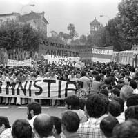 Manifestación pro amnistía de presos políticos en 1976. En la cabecera aparecen figuras históricas de la política local y nacional como Felipe González, Alfonso Guerra o Alejandro Rojas Marcos.  ©ICAS-SAHP, Fototeca Municipal de Sevilla, fondo Serrano