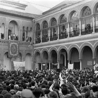 Primera visita oficial de los Reyes de España a Sevilla tras su proclamación en 1975. En la imagen, el recibimiento que se les hizo en el Real Alcázar. Marzo 1976 ©ICAS-SAHP, Fototeca Municipal de Sevilla, fondo Serrano