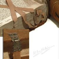 4.Detalle de los cierres metálicos de los libros y de los registros, los marca-páginas de la época.