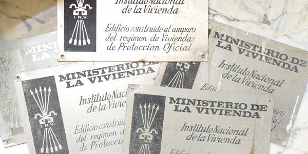 El Ayuntamiento retira las placas falangistas en las VPO de la dictadura